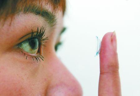 长期佩戴劣质彩色隐形眼镜会损伤角膜,严重的甚至会致瞎。 记者 张永波 摄