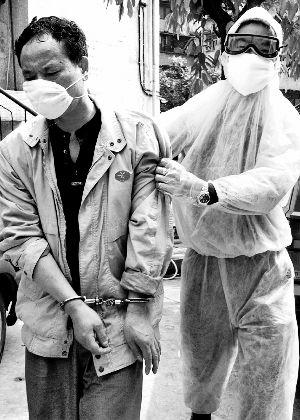 非典期间,我市江北区公安分局民警抓获犯罪嫌疑人
