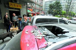 昨天中午,渝中区人和街星都大厦21楼外墙落下的瓷砖砸中多名路人和3辆车