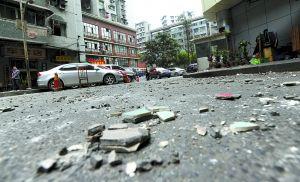 脱落的瓷砖撒满楼下路面