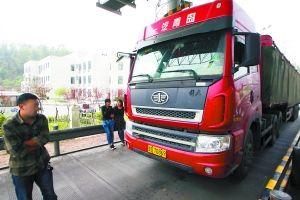 13日,徐先生的车被拦在高速路沙坪坝收费站