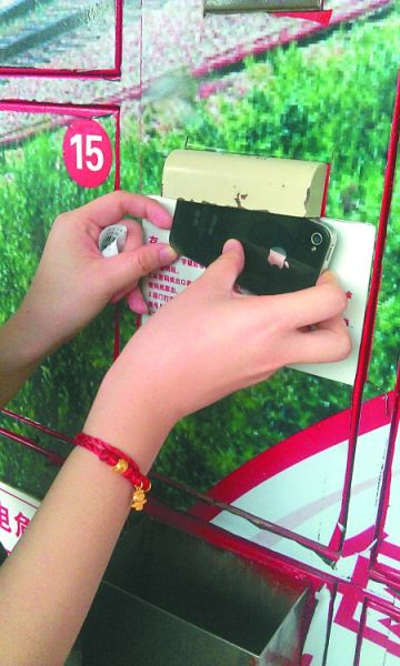 3 扫码口有遮挡屏,手机拍下的条码无法使用。本组图片由记者 谈书 摄
