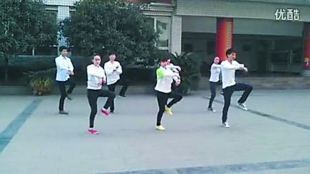 万州上海中学最新课间操融合了多种舞蹈元素,走红网络。视频截图