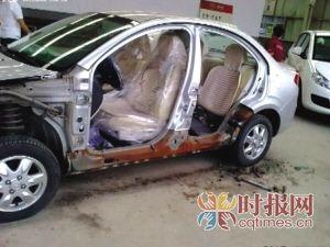 正在维修的江淮同悦车身布满铁锈