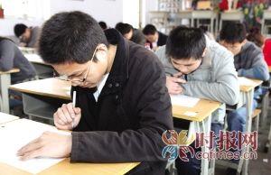考生在考点参加公务员招录考试