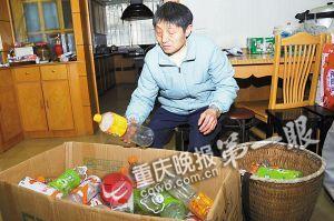 徐大爷的老伴经常捡空瓶子补贴家用
