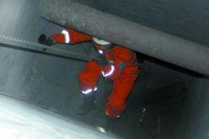 昨日,渝北区冉家坝祥弘当代城,一男子救猫自己却被困深井内。消防官兵使用救援绳下到井底救人。