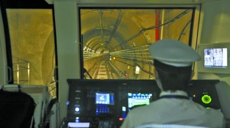 地铁1号线列车正在穿过隧道 记者 张路桥 摄