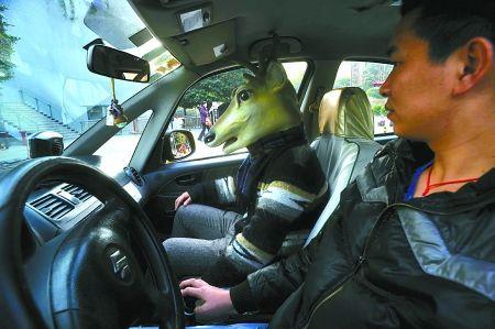 """坐出租车也戴着""""鹿头"""""""