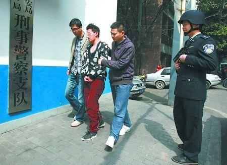 昨日,江北,嫌疑人唐华被押解回渝。
