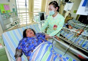 昨日,新桥医院,高萍在医院接受治疗。 记者 胡杰 实习生 雷键 摄