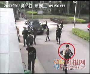 肇事司机(画圈处)穿上外套后离开现场