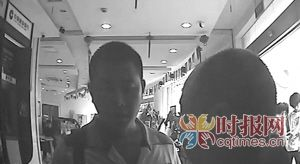 张先生(右)正在与取走他钱的男子交涉 截屏图F13