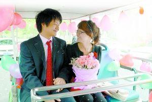昨日,西南大学校园内,陈丽珊迎娶新娘蒋丽芳