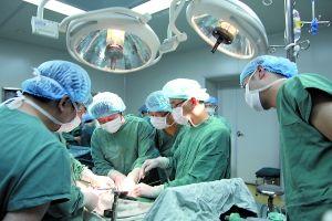 受伤工人正在手术