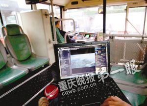 记者在公交车上用免费WiFi看视频