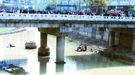 昨日,巫溪赵家坝,搜救人员正在白杨河上寻找
