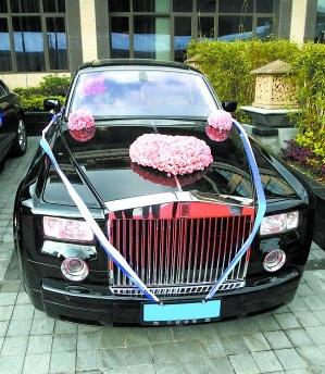 新郎新娘和他们的劳斯莱斯主婚车。