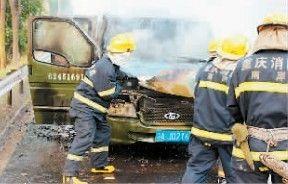 及时赶到的消防队员将大火扑灭