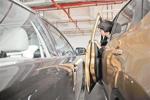 4月2日,九龙坡区奥园康城小区地下停车库,由于车位太窄,一市民停车后已无法开门下车