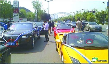 婚礼上,深色劳斯莱斯古思特的车牌(左侧圈内)和黄色兰博基尼的白色装饰物(右侧圈内)