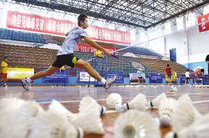 万盛羽毛球学校,选手正在训练。