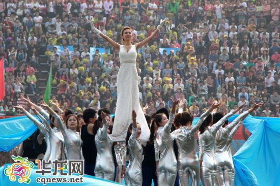 """大洋洲:在舞者们的簇拥中,一袭白色晚礼服的""""歌剧女神""""被托举起"""
