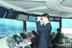 重庆空管塔台管制员用望远镜察看机场附近有无空飘物。