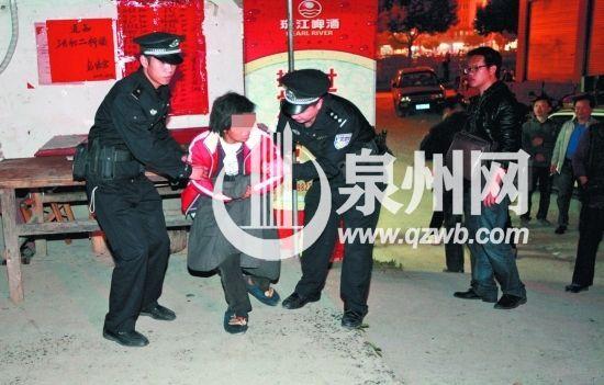民警到场了解情况后,将当事女子送往医院接受治疗。