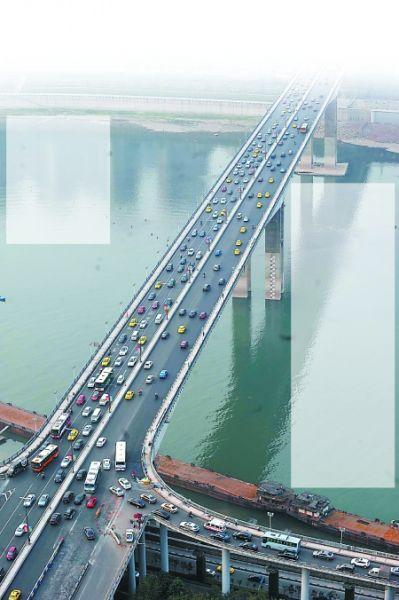昨日,黄花园大桥,桥面已完工,大桥双向六车道恢复通车。 记者 李化 摄