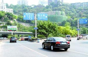 """石黄隧道口,有指示牌提醒司机""""进入隧道 请开车灯"""""""