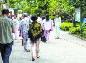 4月20日,重庆一小区居民在楼下避震