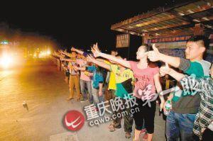 荥经县沿途,学生们向救援车队竖起大拇指