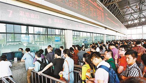 4月20日,重庆开往成都的动车组停运。重庆北火车站紧急打开21个退票窗口,为旅客迅速办理退票手续