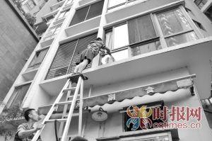 消防队员正在帮忘记带钥匙的市民翻窗开门