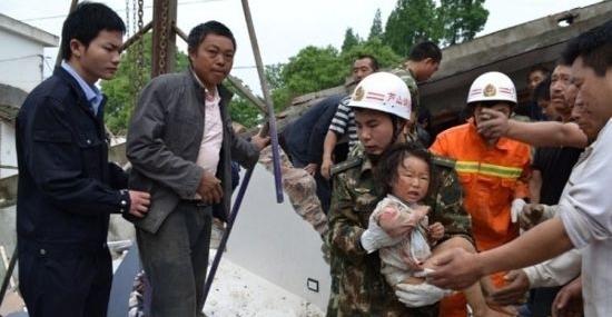 四川雅安芦山地震灾区的孩子