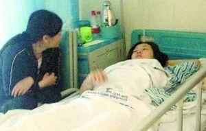 昨天上午,重医附一院骨科病房,伍兰的双腿绑着绷带,躺在病床上不能动弹。快满40岁的她一头短发,脸色卡白。她说,这几天她的腰和腿都疼得厉害。