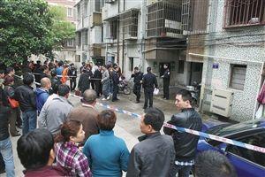 朝晖新城,案发现场的楼道外拉起了警戒线。