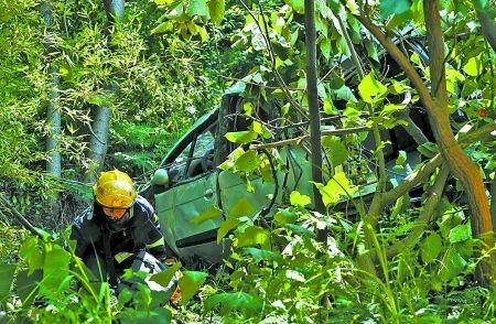 昨日,涂山雕塑园,消防队员在实施救援。