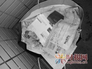昨日,南湖路,小区管道的夹缝里塞的100多封信件