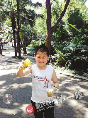 为了得到泡泡枪,小明宇找了些理由求记者帮他买。