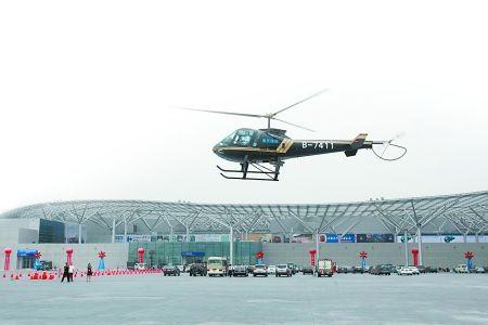 """昨日,""""重庆造""""直升机从两江新区飞到国博中心渝洽会现场。 本组图片由记者 邹飞 唐浩 摄"""