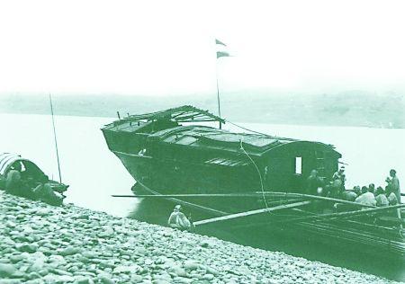 """为了在打渔时获得某些""""方便"""",渔船顶部竖立了外国旗帜,这样的船在清末民初很常见。"""