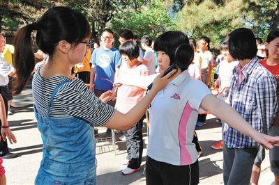 5月30日,吉林大学附属中学高中部在进行高三考生安检演练。