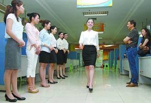 昨日上午,江北区华新街人才市场,某航空公司的面试官对应聘者的外语水平以及形体外貌进行初试。