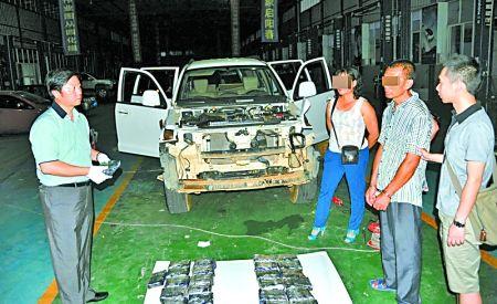 民警从运输毒品的改装车中搜出27公斤麻古 通讯员 袁礼碧 记者 张路桥 摄