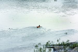 昨日下午,一些市民在江中游泳消暑,但一定要注意安全