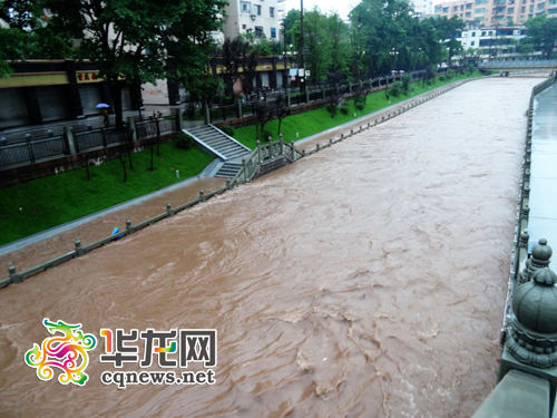 巴川河水位陡然上涨3米多