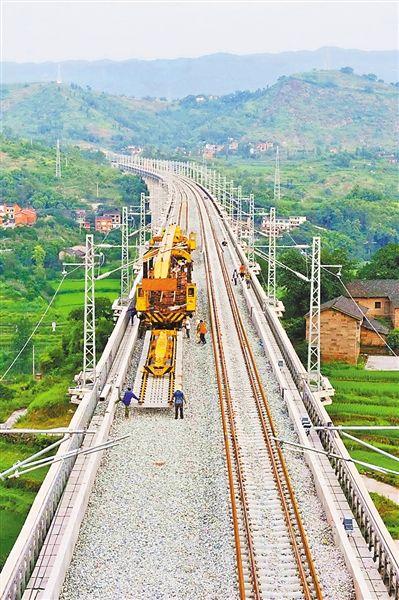 中铁二十三局铺轨机在重庆市长寿区龙溪河特大桥上铺轨