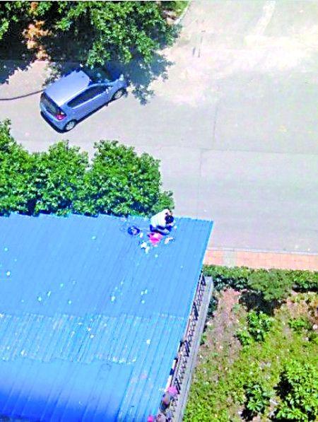 工人在大排档顶棚上装摄像头 网友图